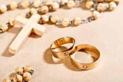 Γαμήλιοι δαχτυλίδια και σταυρός στοκ εικόνες
