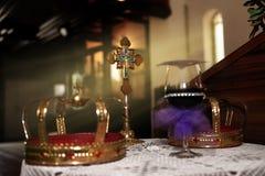 Γαμήλιοι κορώνες και σταυρός Στοκ Εικόνα