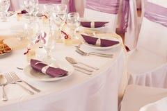 Γαμήλιοι πίνακες που τίθενται για να δειπνήσει πρόστιμου ή ένα άλλο εξυπηρετώ γεγονός Στοκ φωτογραφίες με δικαίωμα ελεύθερης χρήσης
