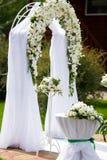Γαμήλιος βωμός πολυτέλειας που διακοσμείται με τα άσπρα τριαντάφυλλα στοκ εικόνες
