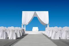 Γαμήλιος θόλος με τις καρέκλες Στοκ εικόνες με δικαίωμα ελεύθερης χρήσης