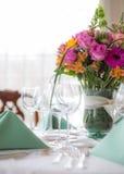 Γαμήλιος πίνακας με τα λουλούδια Στοκ Εικόνες