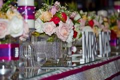 Γαμήλιος πίνακας με τα λουλούδια Στοκ εικόνα με δικαίωμα ελεύθερης χρήσης