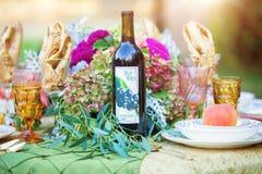 Γαμήλιος πίνακας με floral και το κρασί Στοκ Φωτογραφίες