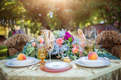 Γαμήλιος πίνακας με floral και το κρασί Στοκ εικόνες με δικαίωμα ελεύθερης χρήσης