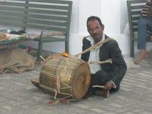 Γαμήλιος τυμπανιστής στο ναό Kunjapuri κοντά σε Rishikesh Ινδία στοκ εικόνες