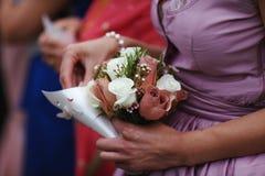 Γαμήλιος φιλοξενούμενος με το μπουκέτο λουλουδιών στοκ εικόνες με δικαίωμα ελεύθερης χρήσης