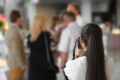 Γαμήλιος φωτογράφος στη δράση στοκ εικόνες με δικαίωμα ελεύθερης χρήσης