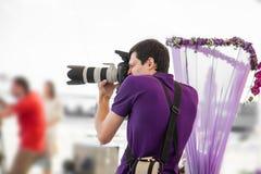 Γαμήλιος φωτογράφος στη δράση στοκ εικόνες