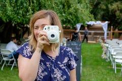 Γαμήλιος φωτογράφος Instax Fujifilm στοκ εικόνα