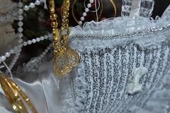Γαμήλιο άσπρο βιβλίο το Koran και ένα χρυσό μενταγιόν Στοκ Εικόνες