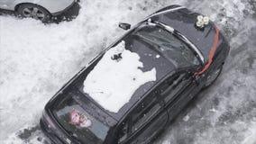Γαμήλιο αυτοκίνητο κάτω από το χιόνι - σε αργή κίνηση/ΙΣΤΑΝΜΠΟΎΛ - ΤΟΥΡΚΙΑ στις 3 Ιανουαρίου 2016 απόθεμα βίντεο