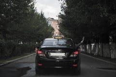 Γαμήλιο αυτοκίνητο που πηγαίνει κάτω από την οδό Στοκ εικόνες με δικαίωμα ελεύθερης χρήσης