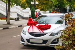 Γαμήλιο αυτοκίνητο στο τοπίο πόλεων φθινοπώρου στοκ φωτογραφία με δικαίωμα ελεύθερης χρήσης