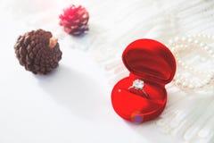 Γαμήλιο δαχτυλίδι, δαχτυλίδι διαμαντιών στο κόκκινο κιβώτιο Εκλεκτική εστίαση Στοκ Φωτογραφία