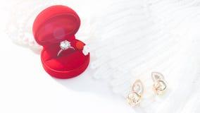 Γαμήλιο δαχτυλίδι, δαχτυλίδι διαμαντιών στο κόκκινο κιβώτιο Εκλεκτική εστίαση Στοκ Φωτογραφίες