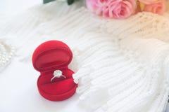 Γαμήλιο δαχτυλίδι, δαχτυλίδι διαμαντιών στο κόκκινο κιβώτιο Εκλεκτική εστίαση Στοκ Εικόνες