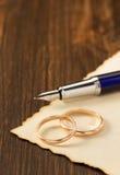 Γαμήλιο δαχτυλίδι και ηλικίας έγγραφο για το ξύλο Στοκ Εικόνα