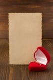 Γαμήλιο δαχτυλίδι και ηλικίας έγγραφο για το ξύλο Στοκ Φωτογραφία