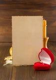 Γαμήλιο δαχτυλίδι και ηλικίας έγγραφο για το ξύλο Στοκ Εικόνες