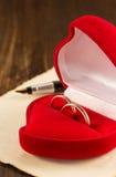 Γαμήλιο δαχτυλίδι και ηλικίας έγγραφο για το ξύλο Στοκ εικόνα με δικαίωμα ελεύθερης χρήσης