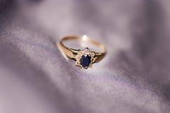 Γαμήλιο δαχτυλίδι με το σάπφειρο και brilliants Στοκ φωτογραφίες με δικαίωμα ελεύθερης χρήσης