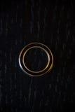 Γαμήλιο δαχτυλίδι σε ένα μαύρο ξύλινο υπόβαθρο Στοκ φωτογραφία με δικαίωμα ελεύθερης χρήσης