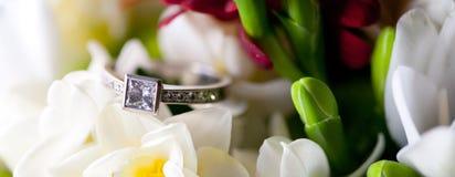 Γαμήλιο δαχτυλίδι στα λουλούδια Στοκ Εικόνα