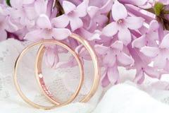 Γαμήλιο δαχτυλίδι στο κλίμα λουλουδιών στοκ εικόνες