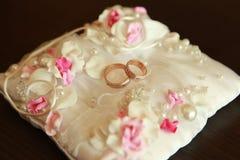 Γαμήλιο δαχτυλίδι στο μαξιλάρι Στοκ Εικόνες