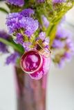 γαμήλιο λευκό δαχτυλιδιών ανασκόπησης ανοιχτό Ανθίζοντας κλάδος με τα πορφυρά, ιώδη λουλούδια στην άσπρη επιφάνεια Στοκ φωτογραφία με δικαίωμα ελεύθερης χρήσης
