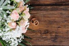 γαμήλιο λευκό δαχτυλιδιών ανασκόπησης ανοιχτό γάμος λουλουδιών Στοκ Εικόνες
