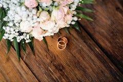γαμήλιο λευκό δαχτυλιδιών ανασκόπησης ανοιχτό γάμος λουλουδιών Στοκ εικόνες με δικαίωμα ελεύθερης χρήσης