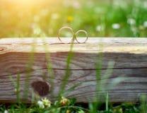 γαμήλιο λευκό δαχτυλιδιών ανασκόπησης ανοιχτό Στοκ Φωτογραφία