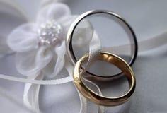 γαμήλιο λευκό δαχτυλιδιών ανασκόπησης ανοιχτό Στοκ εικόνα με δικαίωμα ελεύθερης χρήσης