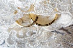 γαμήλιο λευκό δαχτυλιδιών ανασκόπησης ανοιχτό στοκ φωτογραφία με δικαίωμα ελεύθερης χρήσης
