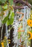 γαμήλιο λευκό τριαντάφυλλων μαργαριταριών πρόσκλησης διακοσμήσεων ντεκόρ καρτών μπουτονιερών ανασκόπησης στοκ εικόνα