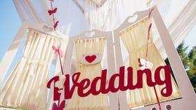 γαμήλιο λευκό τριαντάφυλλων μαργαριταριών πρόσκλησης διακοσμήσεων ντεκόρ καρτών μπουτονιερών ανασκόπησης κείμενο απόθεμα βίντεο