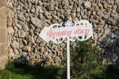 γαμήλιο λευκό τριαντάφυλλων μαργαριταριών πρόσκλησης διακοσμήσεων ντεκόρ καρτών μπουτονιερών ανασκόπησης Ξύλινη πινακίδα με το γά Στοκ φωτογραφίες με δικαίωμα ελεύθερης χρήσης