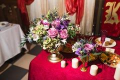 γαμήλιο λευκό τριαντάφυλλων μαργαριταριών πρόσκλησης διακοσμήσεων ντεκόρ καρτών μπουτονιερών ανασκόπησης Στοκ Εικόνες