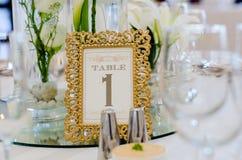 γαμήλιο λευκό τριαντάφυλλων μαργαριταριών πρόσκλησης διακοσμήσεων ντεκόρ καρτών μπουτονιερών ανασκόπησης στοκ φωτογραφίες με δικαίωμα ελεύθερης χρήσης