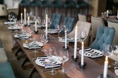 γαμήλιο λευκό τριαντάφυλλων μαργαριταριών πρόσκλησης διακοσμήσεων ντεκόρ καρτών μπουτονιερών ανασκόπησης εσωτερικός γάμος κορδελλ Στοκ εικόνα με δικαίωμα ελεύθερης χρήσης
