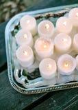 γαμήλιο λευκό τριαντάφυλλων μαργαριταριών πρόσκλησης διακοσμήσεων ντεκόρ καρτών μπουτονιερών ανασκόπησης εσωτερικός γάμος κορδελλ Στοκ Φωτογραφία
