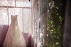γαμήλιο λευκό φορεμάτων Στοκ Φωτογραφίες