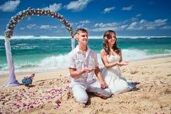 Γαμήλιο ζευγάρι ακριβώς παντρεμένο Στοκ φωτογραφίες με δικαίωμα ελεύθερης χρήσης