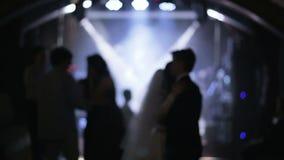 Γαμήλιο ζεύγος και οι φιλοξενούμενοί τους που χορεύουν στο στάδιο απόθεμα βίντεο