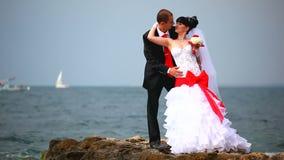 Γαμήλιο ζεύγος κοντά στη θάλασσα απόθεμα βίντεο