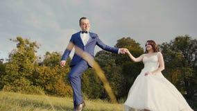 Γαμήλιο ζεύγος που έχει τη διασκέδαση φιλμ μικρού μήκους