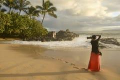 Γαμήλιο ζεύγος πυροβολισμού φωτογράφων Στοκ Φωτογραφίες