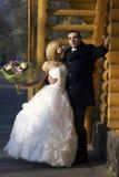 Γαμήλιο ζεύγος στο πάρκο φθινοπώρου Όμορφο παντρεμένο ζευγάρι στο θόριο Στοκ Εικόνες